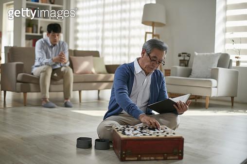 할아버지와 아빠 세대간 대화 단절 - gettyimageskorea