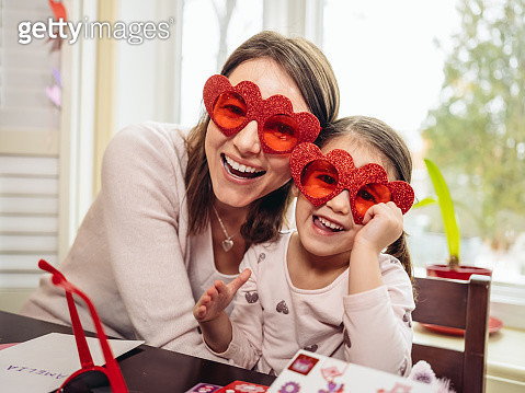 Mother and young daughter crafting for Valentine's Day - gettyimageskorea