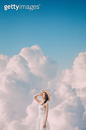 구름 속 젊은 여성 - gettyimageskorea