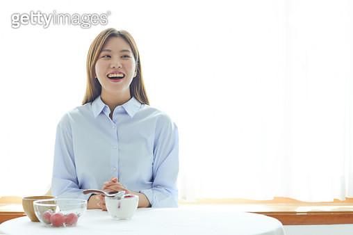 밝게 웃고 있는 여자 - gettyimageskorea