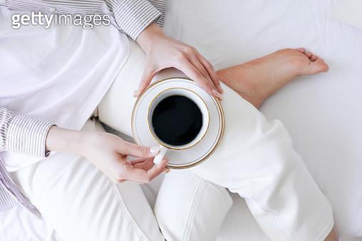 커피를 들고 있는 여자 - gettyimageskorea