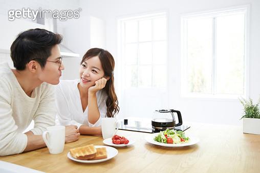 아침식사를 하는 신혼부부 - gettyimageskorea