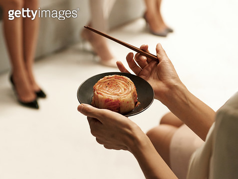 김치가 담긴 접시와 젓가락을 들고 있는 여자 손 - gettyimageskorea