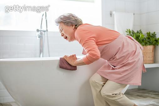 할머니 욕실 청소 - gettyimageskorea