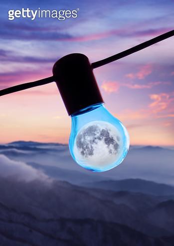전구와 달 - gettyimageskorea