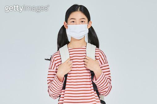 마스크를 쓴 여자아이 - gettyimageskorea