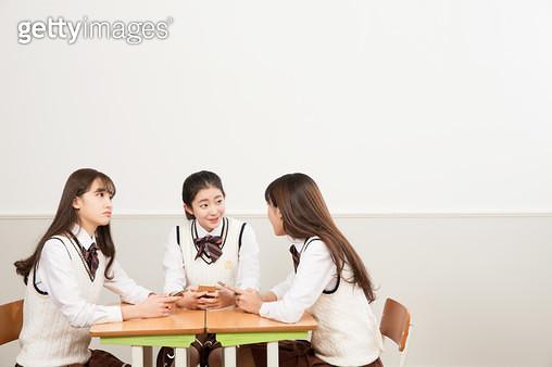 책상에 앉아 디바이스로 공부하는 학생,교실 - gettyimageskorea