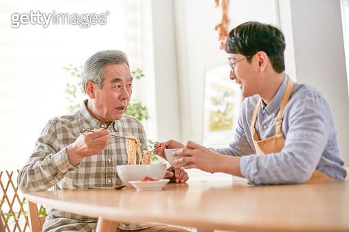할아버지 아빠 식사 - gettyimageskorea