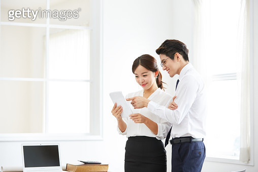 사무실에서 일하는 직장인 - gettyimageskorea