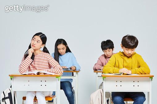 교실에 앉아 있는 아이들 - gettyimageskorea