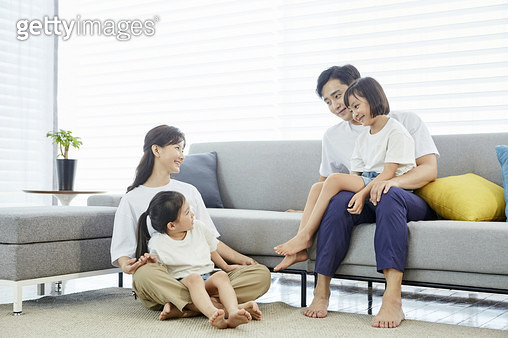 거실에 앉아있는 젊은가족 - gettyimageskorea