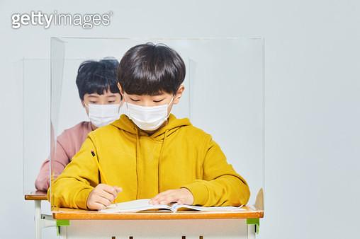 마스크를 쓰고 교실에 앉아 있는 아이들 - gettyimageskorea