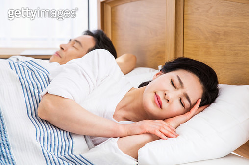 자면서 괴로워하는 중년여성 - gettyimageskorea