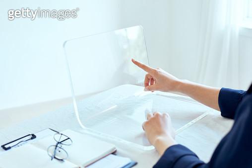 스크린을 터치 하는 여자 - gettyimageskorea