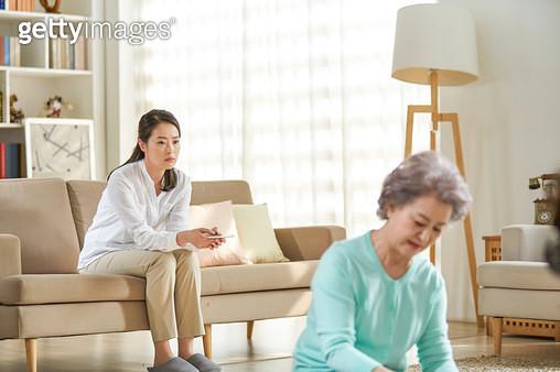 할머니와 엄마 세대간 대화 단절 - gettyimageskorea