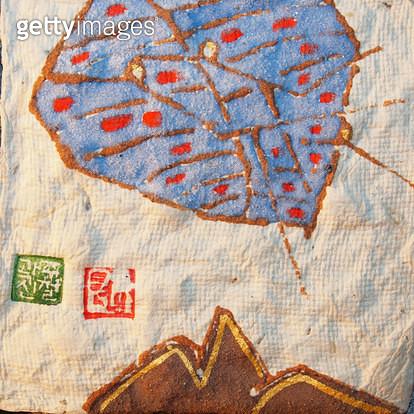 제목 : 자연 (2009년)<br/>소재 : 한지 석채 먹 닥종이<br/>작품사이즈 : 15호(㎝)<br/>작품 설명 : 원로작가 한국화 한지 닥종이 석채화 자연 인간 삶 사랑 형상 - gettyimageskorea