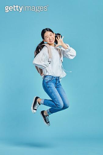 밝게 웃으며 점프 하는 여자 아이 - gettyimageskorea
