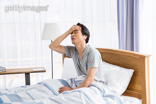 두통을 느끼는 중년남성 - gettyimageskorea