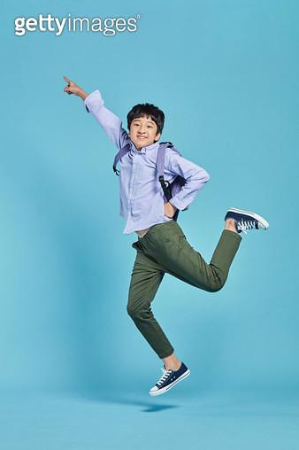 밝게 웃으며 점프 하는 남자 아이 - gettyimageskorea