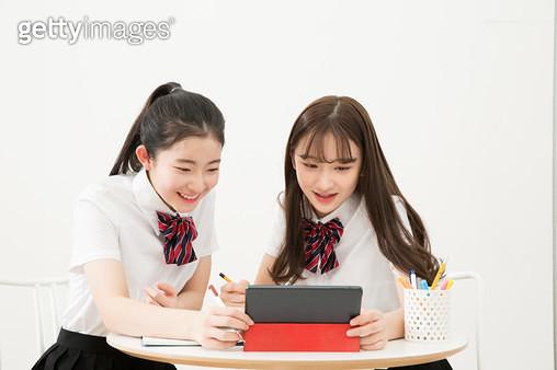 친구와 함께 공부하는 여학생들 - gettyimageskorea