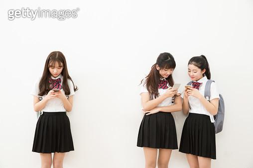스마트폰을 하는 여학생들 - gettyimageskorea