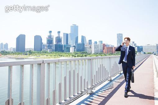 여의도 서강대교를 걸어가는 남성 회사원 - gettyimageskorea