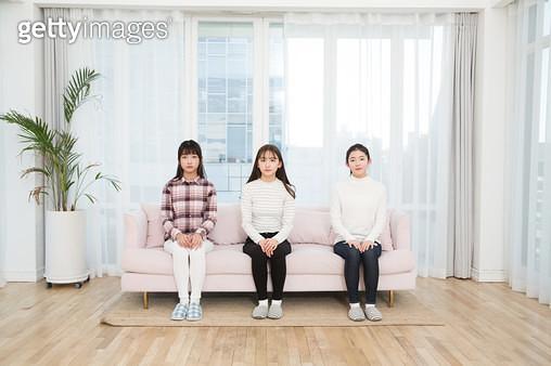 쇼파에 앉아 있는 여학생들 - gettyimageskorea