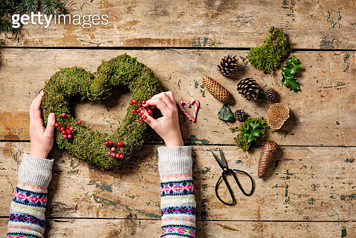 Overhead view of Christmas wreaths being made. - gettyimageskorea
