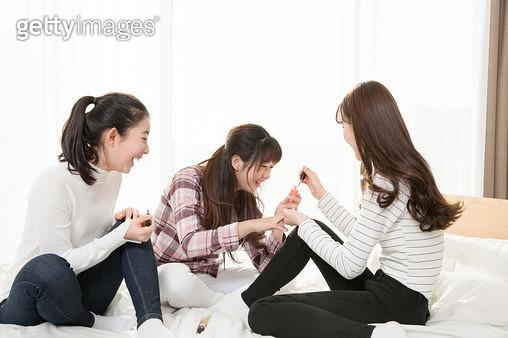 메니큐어를 하는 여학생들 - gettyimageskorea