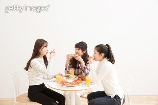 피자를 먹으며 행복해하는 10대소녀들 - gettyimageskorea