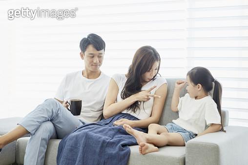 소파에 앉아 가위바위보하는 딸과 엄마를 바라보는 아빠 - gettyimageskorea