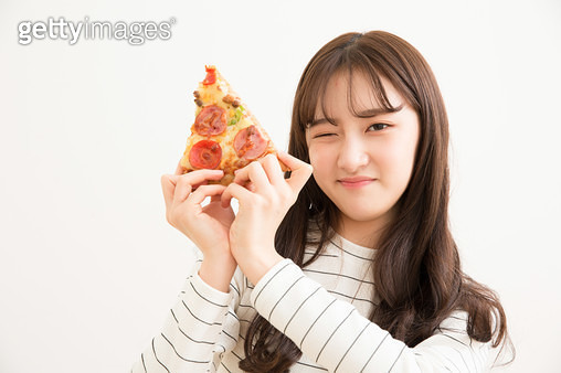 피자조각을 들고 포즈하는 소녀 - gettyimageskorea