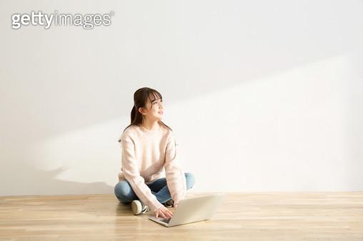 바닥에 앉아 공부하는 여학생 - gettyimageskorea