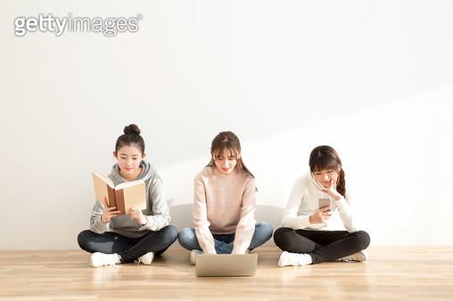 바닥에 앉아 책을 보녀 디바이스하는 여학생들,친구들 - gettyimageskorea