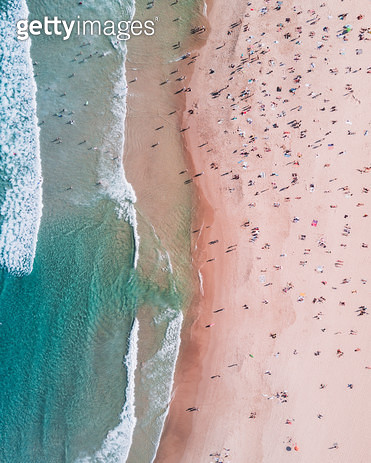 한 여름의 꽉찬 바닷가 - gettyimageskorea