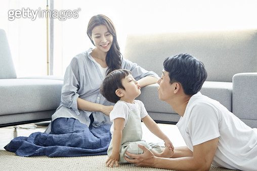 거실에 다정한 젊은가족 - gettyimageskorea