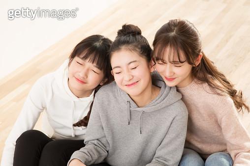 바닥에 앉아 밝게 웃는 10대 소녀들 - gettyimageskorea
