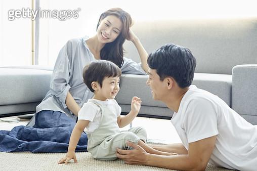 거실에 즐거운 젊은가족 - gettyimageskorea