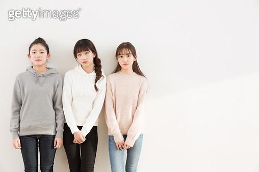 벽에 기대서 있는 10대소녀들 - gettyimageskorea