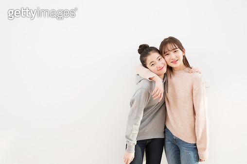 벽에 기대서 밝게 웃고 있는 10대소녀들 - gettyimageskorea