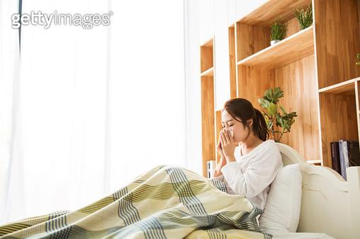 감기에 걸린 여성 - gettyimageskorea