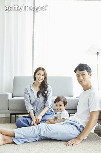 거실에 함께하는 젊은가족 - gettyimageskorea
