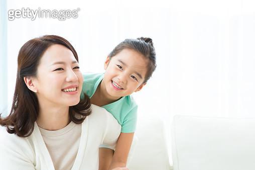 엄마를 껴안아주는 아이, 행복한 엄마와 아이 - gettyimageskorea