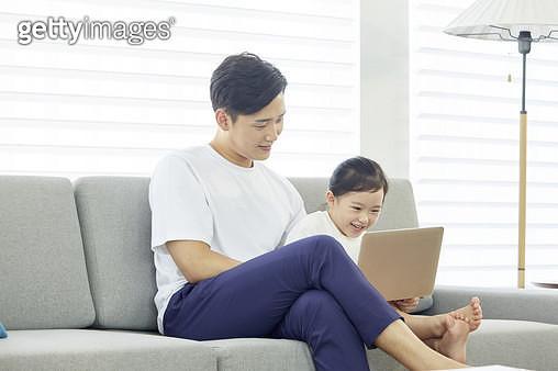 어린딸과 함께 노트북을 보고있는 아빠 - gettyimageskorea