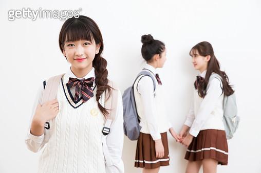 자신감있는 여학생의 표정, 친구들 - gettyimageskorea
