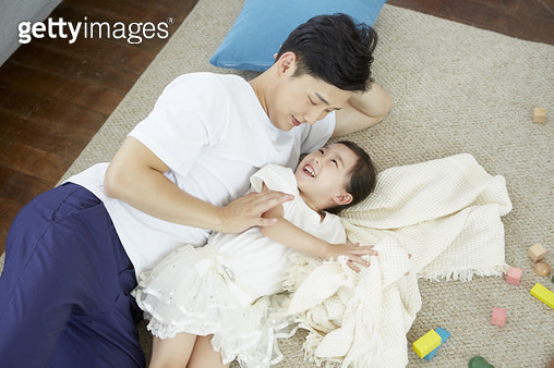 거실 바닥에 누워있는 아빠와 어린딸 - gettyimageskorea