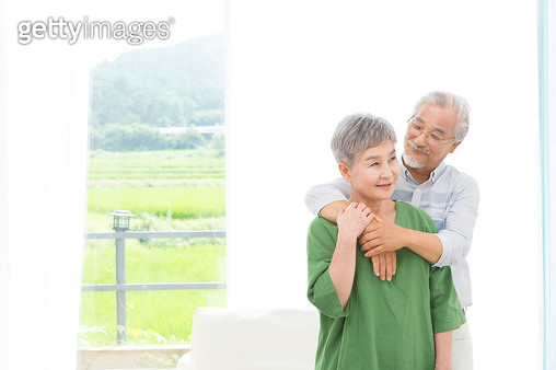 밝게 웃는 할아버지와 할머니, 노후생활 - gettyimageskorea