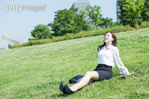 여의도 한강공원 쉬고있는 여성 회사원 - gettyimageskorea
