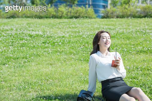 여의도 한강공원 커피를 마시는 여성 회사원 - gettyimageskorea