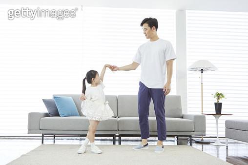 아빠와 손을 잡고 춤을 추는 어린딸 - gettyimageskorea